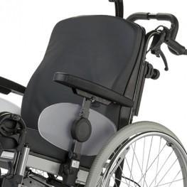 Кресло-коляска оснащена цельной ручкой для сопровождающего