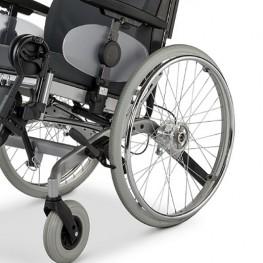 Кресло-коляска оснащена маневренными колесами на литых шинах